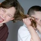 moteci-otrok-cuka-za-lase-vrstnike
